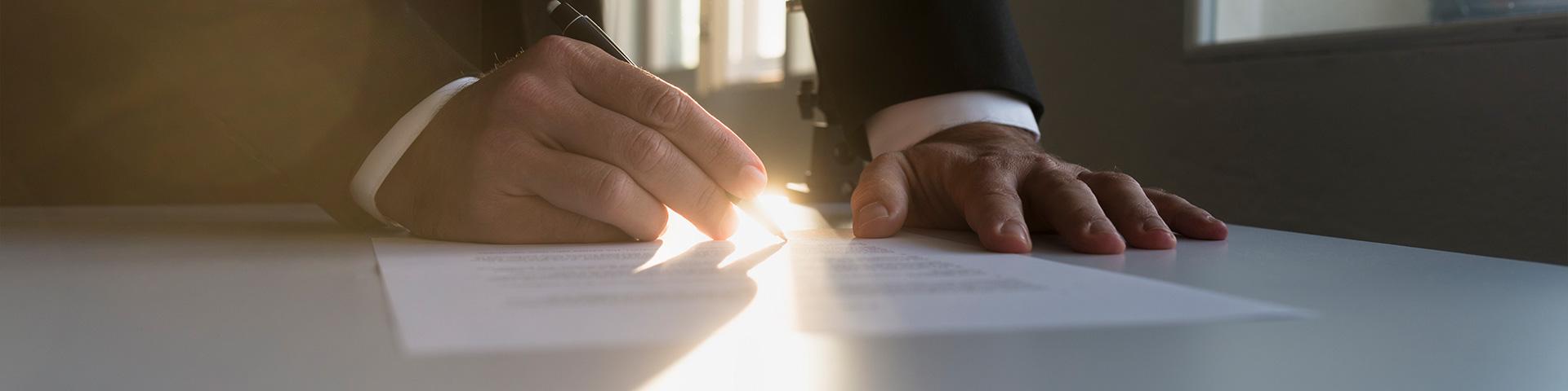 بنر شرایط گرانتی شرکت امیران استیل تصویر یک دست با مداد در حال امضای قرارداد و پذیرفتن شرایط عکس استفاده شده در سایت فروشگاه اینترنتی لوازم خانگی امیر استیل